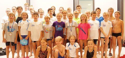 Gruppe junger Schwimmerinnen und Schwimmer