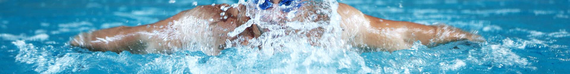Schwimmer schwimmt eine Bahn