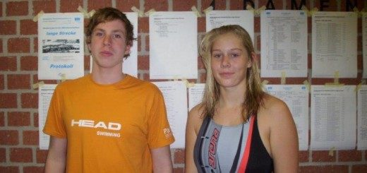 ein junger Mann und eine junge Frau schauen in die Kamera