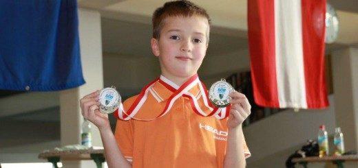 Junge mit zwei Medaillen