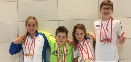 jungs und Mädchen mit Medaillen