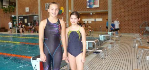zwei junge Schwimmerinnen