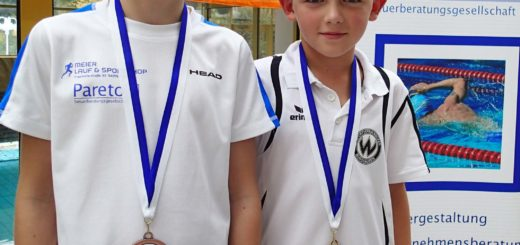 zwei Jungs mit Medaillen