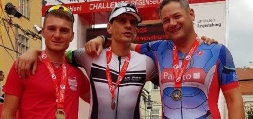 drei Männer mit Medaillen