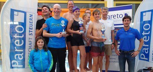 Gruppe junger Schwimmerinnen und Schwimmer mit Pokalen