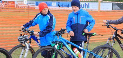 zwei Jungs mit Fahrrädern