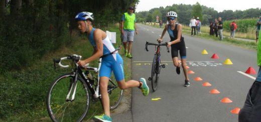 Radfahrer schieben die Räder